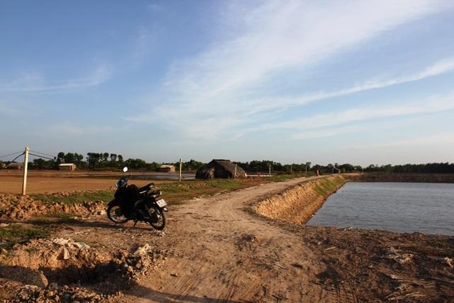 Những hộ dân có điều kiện chuyển từ làm muối sang nuôi tôm