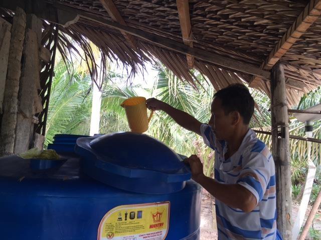 Những gia đình nghèo được hỗ trợ bồn chứa nước ngọt