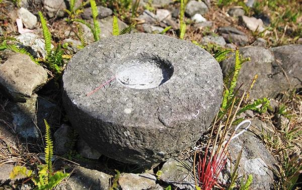 Dấu tích cối cửa bằng đá còn sót lại.