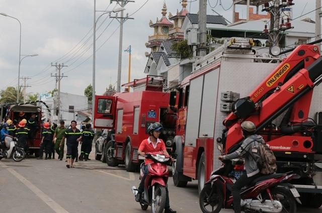 Xe chữa cháy của CS PCCC TPHCM vẫn túc trực tại hiện trường.