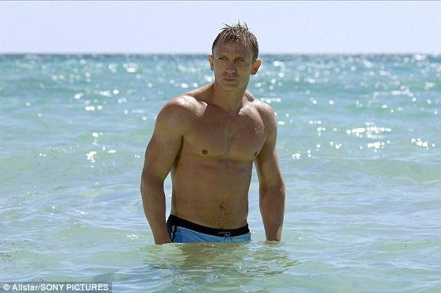 """Daniel Craig đã trở thành tài tử nổi tiếng thế giới với thành công ngoạn mục trong hơn một thập kỷ trở lại đây cùng với vai diễn trong loạt phim James Bond. Lần đầu Craig vào vai Bond là trong """"Casino Royale"""" (Sòng bạc Hoàng gia - 2005)."""