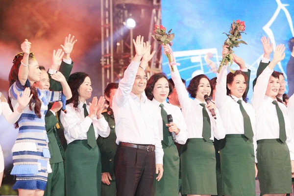 Thu Minh, Noo Phước Thịnh gây bất ngờ khi hát nhạc cách mạng - 13