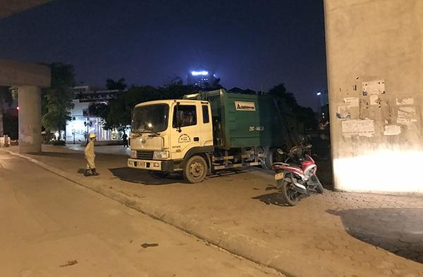 Các xe tải chở cá chết lần lượt dời hồ Hoàng Cầu về khu vực chôn lấp