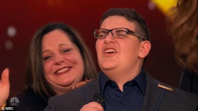 Mẹ của Christian xuất hiện trên sân khấu để chúc mừng con trai.