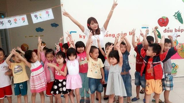 Hình ảnh của Hoa khi chưa bị tai nạn cùng với các cháu nhỏ tại trường mầm non ở thành phố Hà Tĩnh.