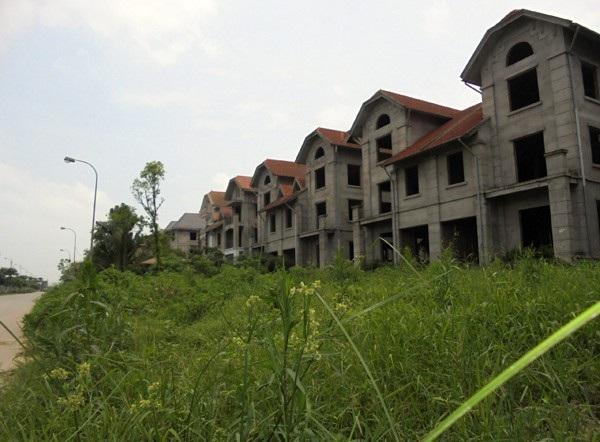 Những khu biệt thự tiền triệu USD/căn dọc Đại lộ Thăng Long bỏ hoang, như những thành phố chết. Ảnh: VNN