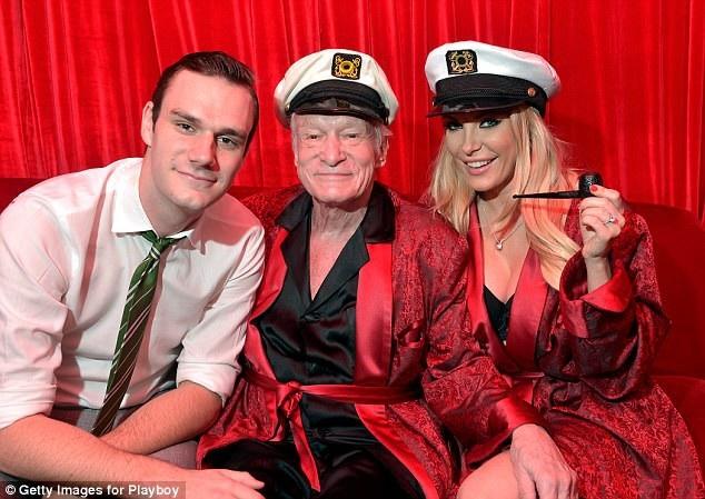 """Trong ảnh là """"ông trùm Playboy"""" Hugh Hefner bên con trai út Cooper và người vợ thứ 3 của ông - Crystal."""