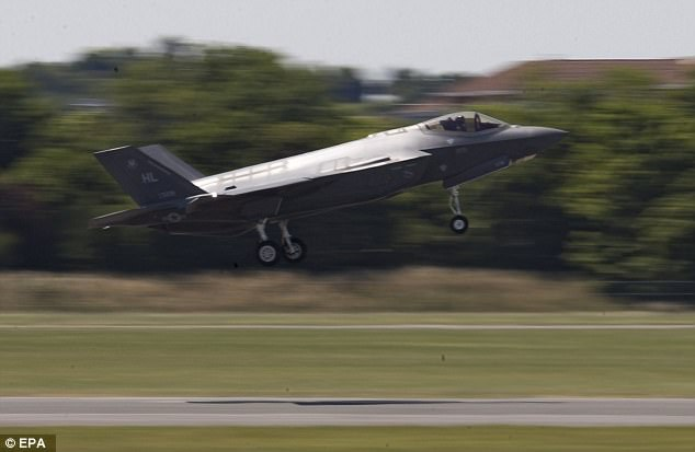 Một chiếc F-35 trình diễn trong khuôn khổ Triển lãm Hàng không Paris lần thứ 52 tổ chức tại Le Bourget, phía bắc Paris, Pháp (Ảnh: EPA)