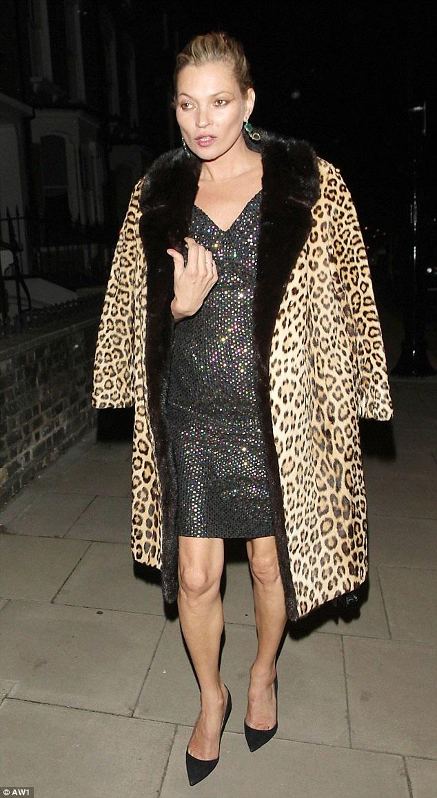 """Tháng 9/2015, Kate Moss lại tiếp tục xuất hiện trong """"style"""" này khi tham gia một sự kiện lễ trao giải của tờ tạp chí thời trang dành cho nam giới."""