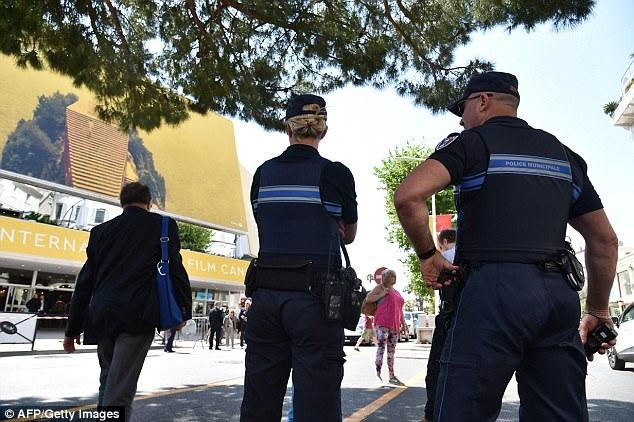 Kể từ khi nước Pháp phải đối diện với những vụ khủng bố, hoạt động an ninh bên lề mỗi sự kiện Liên hoan phim Cannes đều được ban tổ chức thực hiện triệt để.
