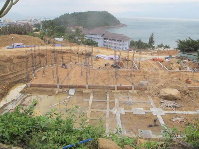 Mặc dù chưa được cơ quan chức năng có thẩm quyền cấp phép nhưng chủ đầu tư dự án Khu du lịch sinh thái biển Tiên Sa (trên Bán đảo Sơn Trà, TP Đà Nẵng) đã làm 40 móng biệt thự tại đây. (Ảnh: Khánh Hồng)