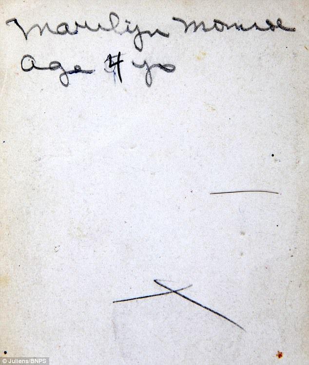 """Ở phía sau tấm ảnh có những dòng chữ viết tay đề rằng """"Marilyn Monroe năm lên 4 tuổi""""."""