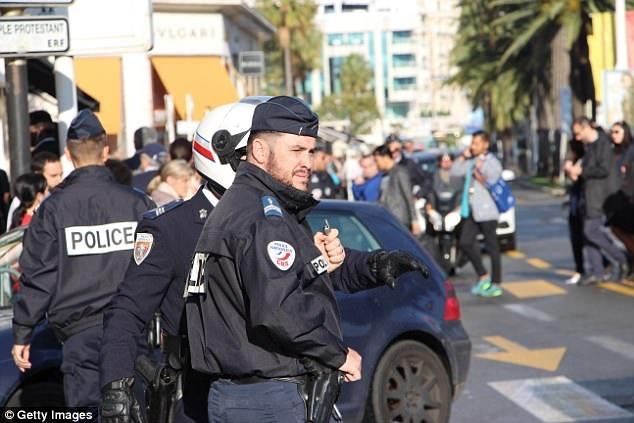 Cảnh sát Pháp thực hiện các biện pháp an ninh tại Liên hoan phim Cannes 2016.