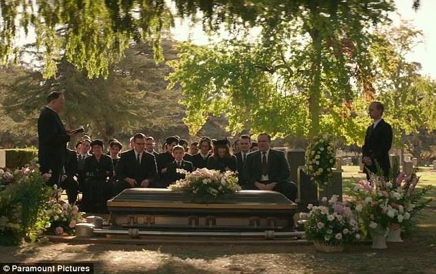 Trong cảnh tiếp theo sau vụ đột nhập là lễ tang của vợ Gardner.