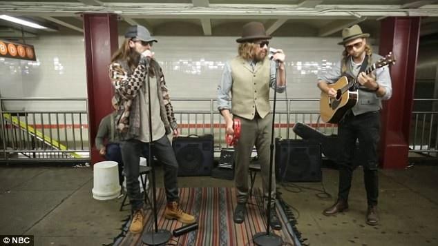 """Họ bắt đầu biểu diễn tại ga tàu bằng ca khúc """"Crazy Little Thing Called Love"""" của nhóm nhạc rock huyền thoại đến từ nước Anh - Queen."""