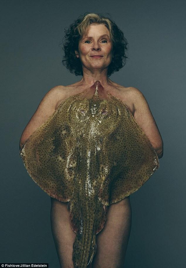 """Năm nay, dự án nhiếp ảnh """"Fishlove"""" đã mời được nữ diễn viên người Anh Imelda Staunton (61 tuổi), bà chụp hình khỏa thân với một con cá đuối."""
