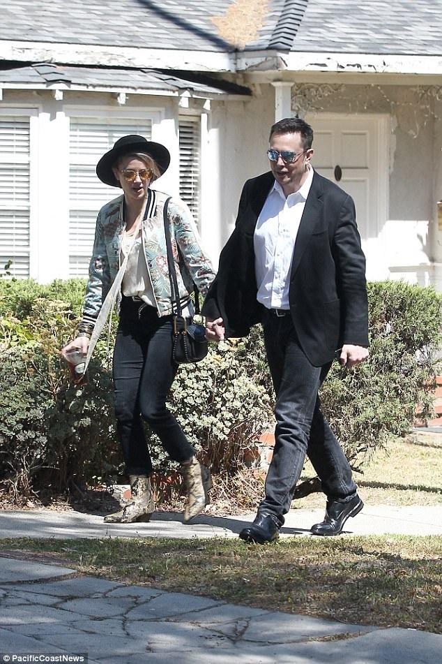 Tỷ phú công nghệ Elon và Amber là bạn sơ sơ cũng được 1 thời gian và bạn bè Elon cho biết, anh luôn bị hấp dẫn bởi Amber