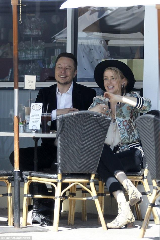 Elon mê mẩn bạn gái không chỉ bởi cô có vẻ ngoài quá xinh đẹp mà còn bởi Amber rất cá tính, đặc biệt và kỳ lạ, nguồn tin thân cận với tỷ phú này tiết lộ