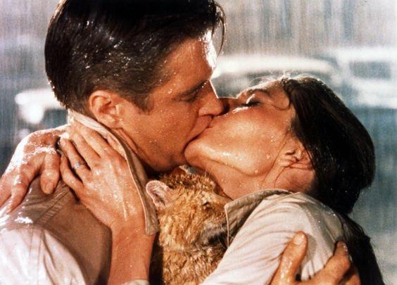 """Nụ hôn trong mưa ở cuối phim """"Breakfast at Tiffany's"""" (Bữa sáng ở Tiffany - 1961) đứng thứ 8."""