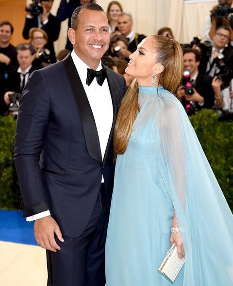 """Hiện giờ, truyền thông và công chúng lại đang """"phát sốt"""" với cuộc tình mới của Jennifer Lopez và cầu thủ bóng chày Alex Rodriguez kém cô 6 tuổi."""