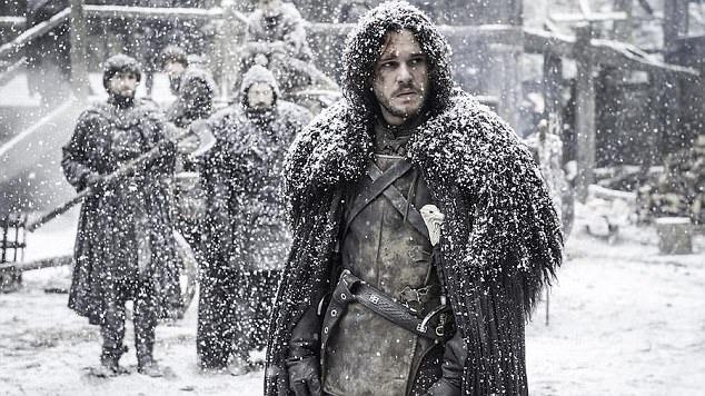 """Sau khi loạt phim """"Trò chơi vương quyền"""" kết thúc ở phần 8 trong năm 2018, 5 phần phim phụ thêm sẽ được ra mắt, hiện tại hoạt động xây dựng kịch bản đã bắt đầu được tiến hành. Trong ảnh là nam chính Kit Harington trong vai lãnh chúa phương Bắc Jon Snow."""