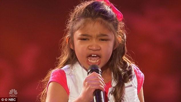 """Cô bé Angelica Hale thể hiện rất đạt ca khúc """"Girl On Fire""""."""