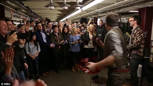 Đám đông không tin nổi vào mắt mình khi nhận ra MC nổi tiếng và nhóm nhạc đình đám đang biểu diễn miễn phí phục vụ họ tại ga tàu.