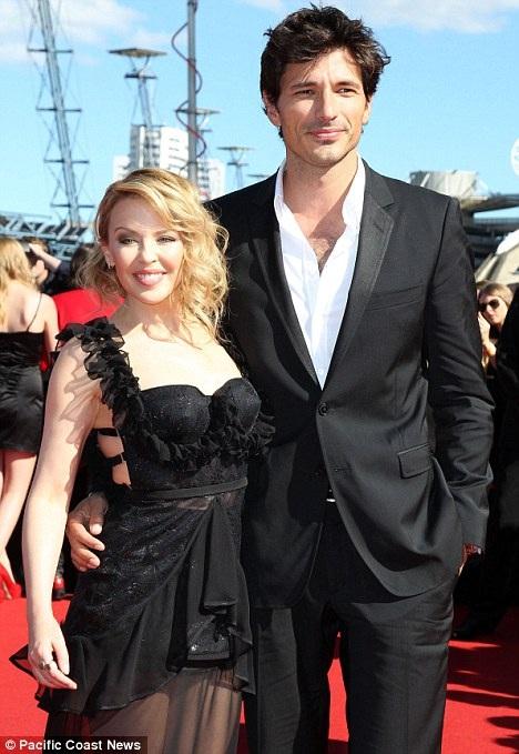 Kylie Minogue và Andres Velencoso - Khoảng cách 9 tuổi: Nữ ca sĩ người Úc và người mẫu nam Tây Ban Nha đã gắn bó với nhau 5 năm trước khi chia tay hồi năm 2013.