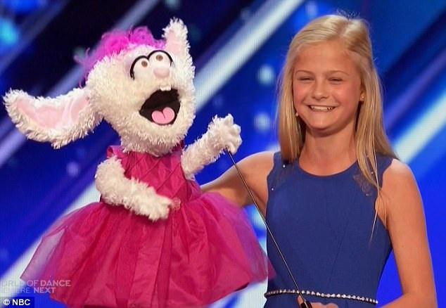 """Cô bé Darci Lynne Farmer có biệt tài nói giọng bụng đã nhận được nút vàng đầu tiên của """"Americas Got Talent""""."""
