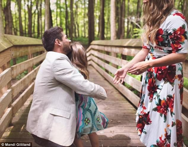 """Grant đã hỏi cô bé Adrianna: """"Adrianna, chú của thể là cha của cháu được không? Chú hứa sẽ luôn yêu thương và bảo vệ cháu""""."""
