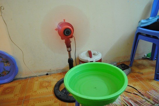 Đặt chậu nước phía trước quạt điện cũng được nhiều hộ gia đình áp dụng để làm mát căn phòng