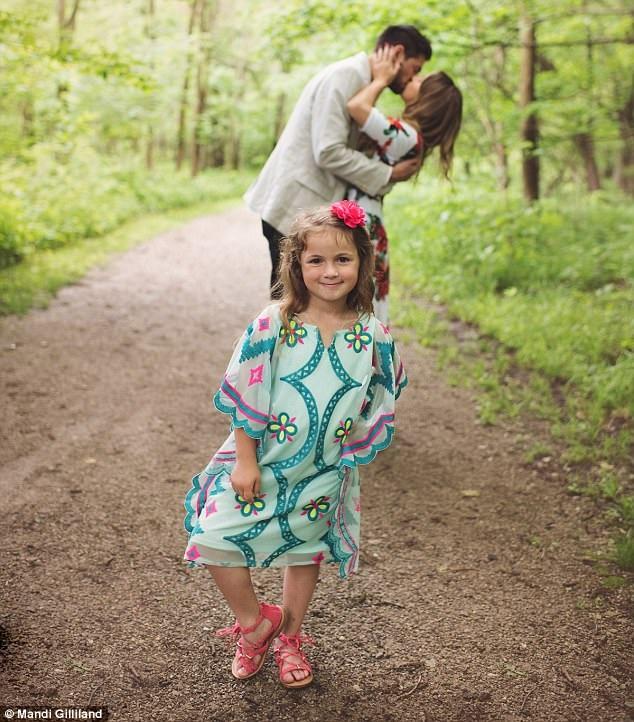 Cô gái bé nhỏ nói vâng và reo lên thích thú.