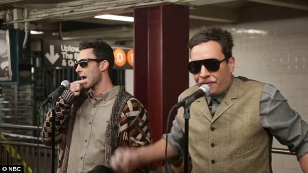 """Ngay khi biết trong nhà ga đang có nhóm Maroon 5 biểu diễn, rất đông người đã chạy lại để theo dõi nhóm biểu diễn thêm bản hit """"Sugar""""."""