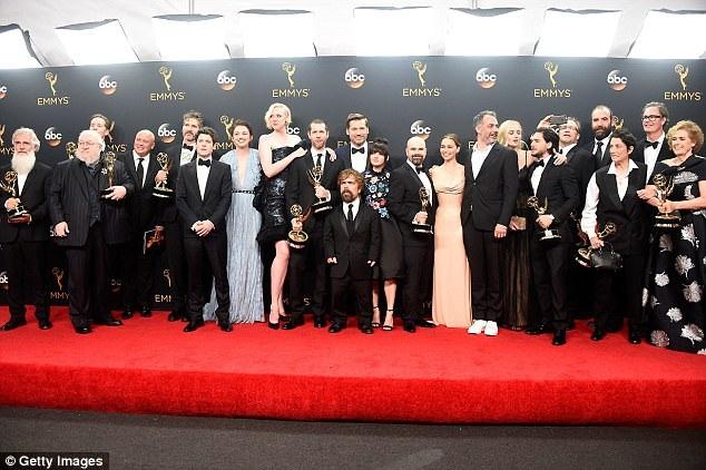 """Loạt phim đã thành công lớn, thu hút khán giả tại nhiều nước, nhận được nhiều giải thưởng của truyền hình Mỹ. Hiện tại, """"Trò chơi vương quyền"""" đã nhận được 246 giải thưởng, bao gồm nhiều giải Emmy (giải thưởng uy tín nhất của truyền hình Mỹ). Trong ảnh là đoàn phim dự lễ trao giải Emmy 2016, khi phim nhận giải """"Loạt phim truyền hình xuất sắc nhất""""."""