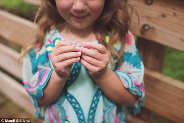 Grant tặng cho cô bé Adrianna một chiếc dây chuyền có mặt hình trái tim.