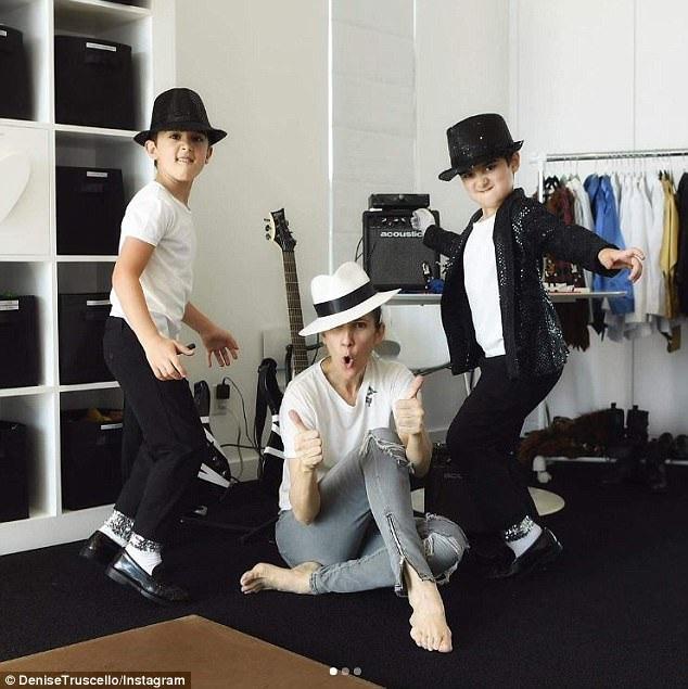 """Hai cậu bé Eddy và Nelson mặc trang phục lấy cảm hứng từ """"ông vua nhạc pop"""" Michael Jackson và vui đùa bên mẹ."""