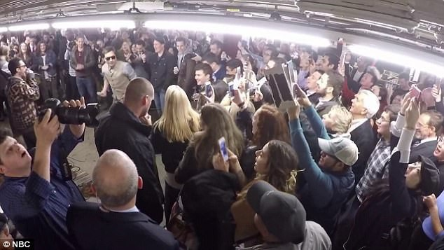 Ngay lập tức, rất đông những người lúc trước còn đang bận rộn, hối hả liền dừng cuộc hành trình di chuyển của họ lại để tận mắt xem nhóm Maroon 5 biểu diễn trong ga tàu.