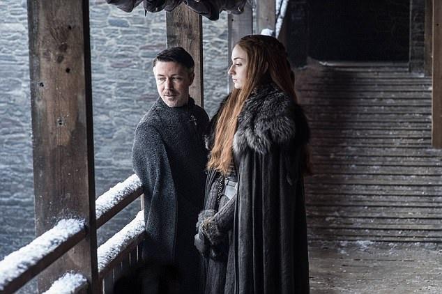 """Hiện tại, nhà văn George R. R. Martin đang làm việc với biên kịch của phim """"Kong: Skull Island"""" - Max Borenstein và nhiều biên kịch khác để xây dựng các phần phim phụ thêm. Trong ảnh là nhân vật Petyr Baelish, biệt danh """"Ngón tay nhỏ"""" (Aidan Gillen) và nhân vật Sansa Stark (Sophie Turner)."""