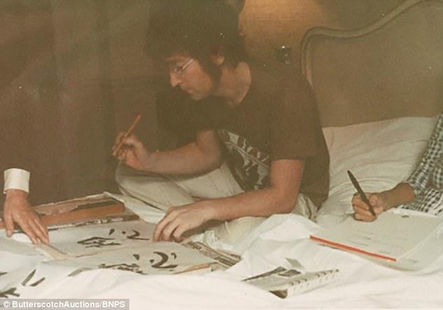 """John Lennon đã trò chuyện rất thoải mái với Harrison trong lúc """"vui tay"""" ngồi luyện thư pháp Nhật Bản."""