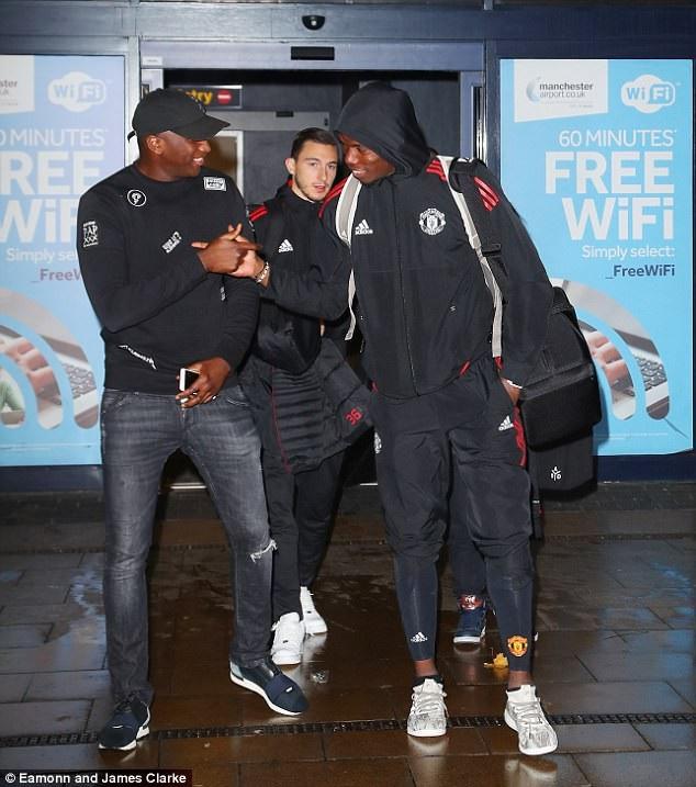 Pogba (phải) vẫn tỏ ra khá thoải mái dù các đồng đội của anh tỏ vẻ không vui sau thất bại