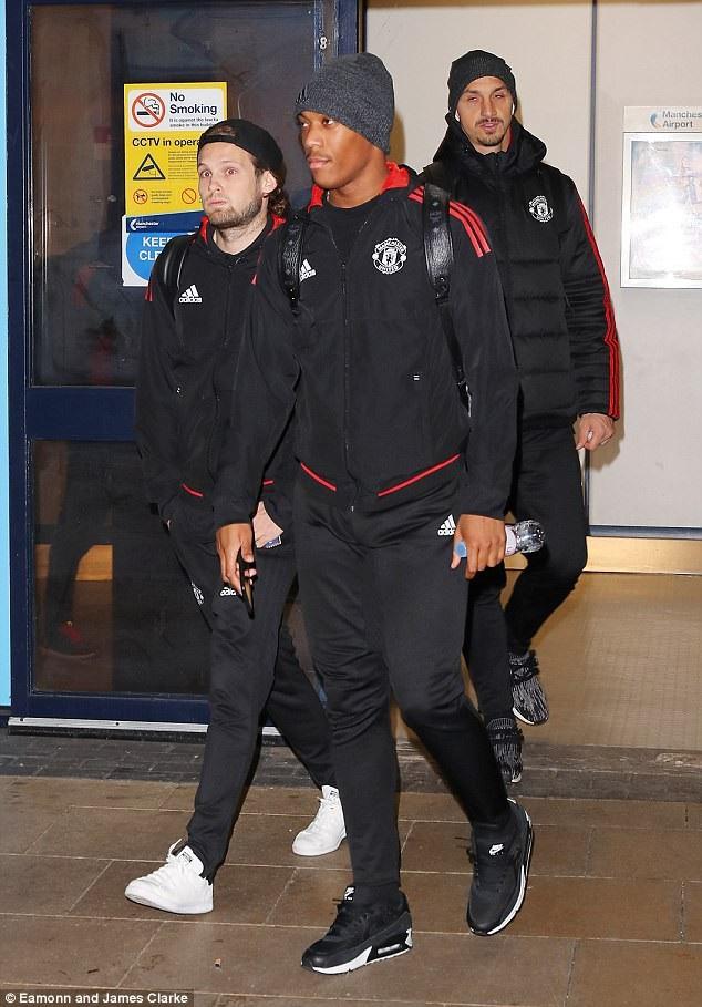 Blind, Martial và Ibra rời sân bay, nhìn chung các cầu thủ MU khá mệt mỏi