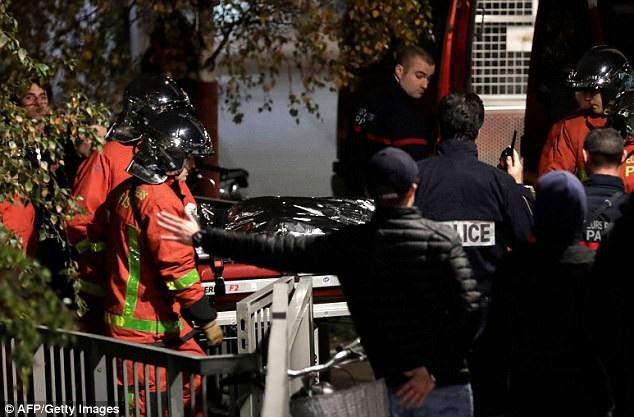 Lực lượng cảnh sát đưa xác con hổ đi. Trước đó, con hổ đã hung hăng đi lại trên đường phố, gây nên cảnh hỗn loạn, nó còn bước vào một nhà ga.