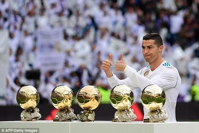 ... để mừng chiến tích giành Quả bóng vàng thứ 5 trong sự nghiệp