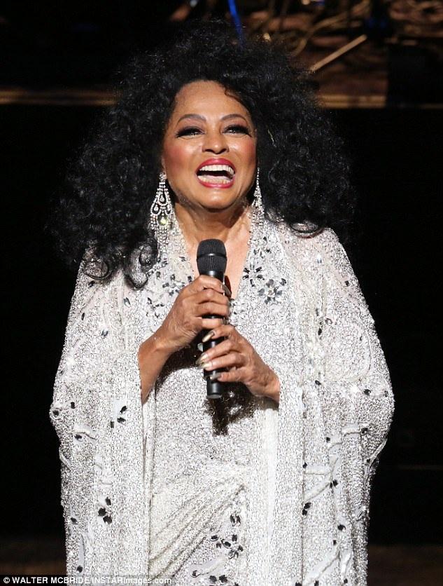 Ở tuổi 73, bà vẫn giữ được phong độ biểu diễn trên sân khấu.