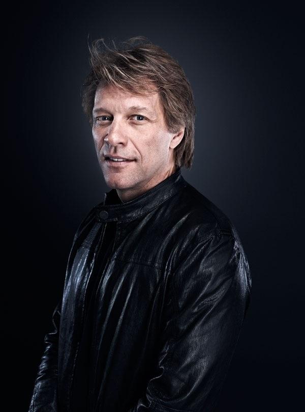 Nam ca sĩ Jon Bon Jovi nhận hai bằng Tiến sĩ danh dự từ hai trường Đại học của Mỹ hồi năm 2001 và 2015.