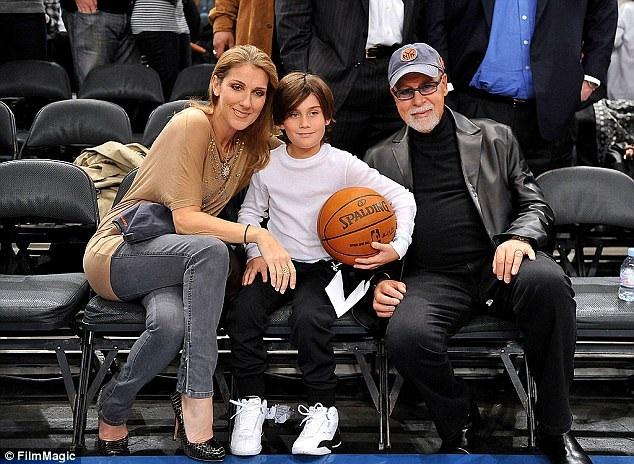 Celine và René đi xem một trận đấu bóng rổ hồi năm 2009 với con trai cả René-Charles.