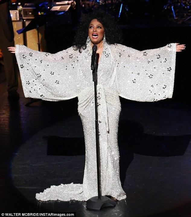 Sự xuất hiện của bà khiến công chúng rất vui mừng được biết nữ diva vẫn khỏe mạnh, vui tươi và có thể cất cao tiếng hát.