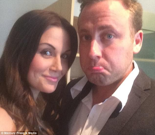 Sau khi Mikey đã qua đời, Ashley mới biết rằng hóa ra chồng chị nhận làm tăng ca còn để kiếm đủ tiền đưa vợ tới tham quan Praha (Séc) khi họ kỷ niệm lễ cưới vào đầu tháng 7 này.