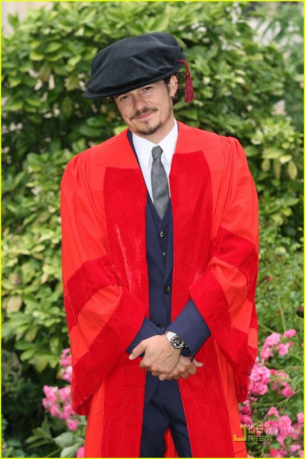 """Nam diễn viên Orlando Bloom cũng từng được trường Đại học nằm ở quê nhà cấp bằng Tiến sĩ danh dự hồi năm 2010. Orlando Bloom đã quay về thành phố quê hương - Canterbury (Anh) để nhận bằng Tiến sĩ của trường Đại học Kent. Nam diễn viên """"Chúa tể những chiếc nhẫn"""" và """"Cướp biển Caribbe"""" từng chia sẻ rằng anh rất tự hào với tấm bằng này."""