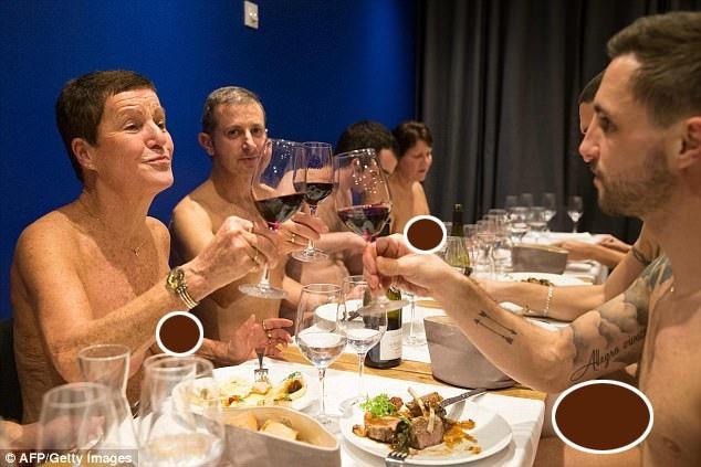 Một nhà hàng ở Paris đã bắt đầu phục vụ các thực khách khỏa thân. Nằm ở phía tây nam thành phố, Onaturel được biết tới là nhà hàng khỏa thân đầu tiên và duy nhất tại Paris (tính đến thời điểm này).